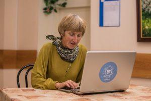Педагоги районного центра соцобслуживания организуют онлайн-уроки. Фото: Михаил Подобед, «Вечерняя Москва»