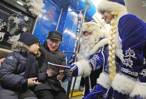 Праздничный поезд к Новому году можно увидеть на станции «Комсомольская». Фото: Александр Кожохин, «Вечерняя Москва»