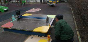 Малые архитектурные формы покрасили в районе. Фото предоставили сотрудники учреждения«Жилищник»