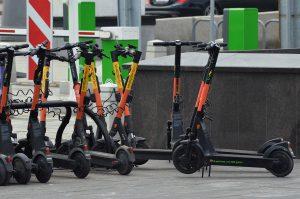 Скорость арендованных электросамокатов ограничат в районе. Фото: Анна Быкова